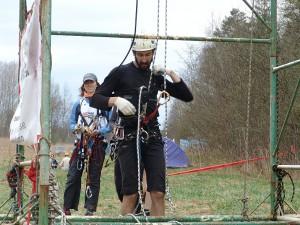 Отстегивание альпиниста от страховочной веревки